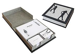 Boîte contenant 60  relations, 100 cartes personnage et 100 cartes texte.
